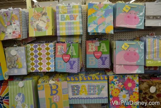 Embalagens de presentes infantis. Foto das opções de embalagens de presentes com desenhos infantis na Dollar Tree