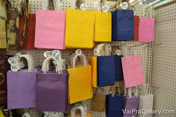 Embalagens neutras e BEM mais baratas do que na Saraiva ou na Lojas Americanas. Foto das opções de embalagens de presentes coloridas na Dollar Tree