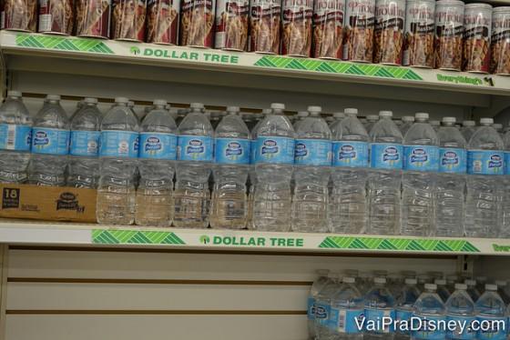 Todo mundo compra água na viagem (até porque nos hotéis e nos parques sempre é hiper caro). A Dollar Tree vende essas garrafas grande da Nestlé por um dólar. Bom negócio! Foto da prateleira da Dollar Tree em Orlando mostrando garrafas d'água da Nestlé