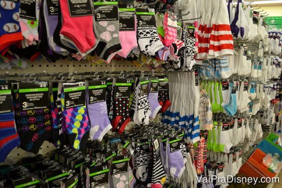 """As meias nos parques sempre ficam gasta. Se você tem crianças as meias ficam gastas em qualquer local, né? Então ter umas dessas """"pra bater"""" pode ser uma boa idéia. Note que você leva mais de um par de meias por um dólar.  Foto das meias à venda na Dollar Tree em Orlando"""