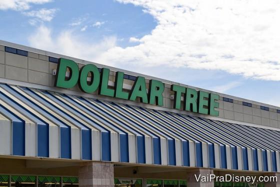 Dollar Tree em Orlando. Foto da fachada da loja Dollar Tree em Orlando, que tem um toldo listrado em azul e branco e o nome da loja em letras verdes.