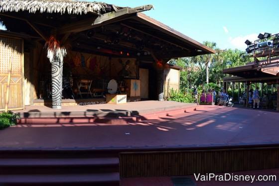 Palco ao ar livre do Spirit of Aloha Dinner Show, sempre na temática havaiana