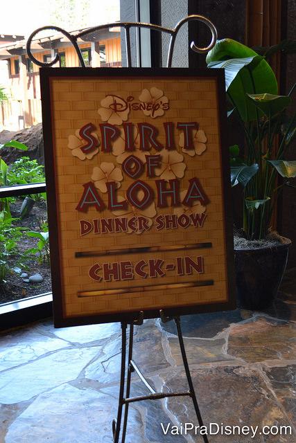 Placa com decorção havaiana indicando onde fazer o check-in para o jantar Spirit of Aloha