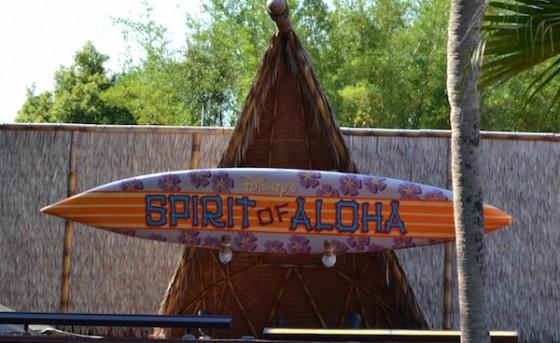 Foto do palco com uma prancha de surf, no tema havaiano, do Spirit of Aloha Dinner Show