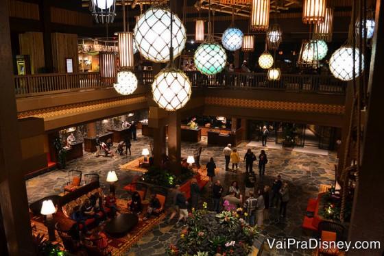Ambiente do Disney's Polynesian Resort onde acontece o Spirit of Aloha, com lustres redondos e decoração elegante