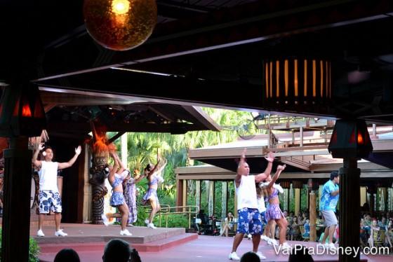 Dançarinos havaianos no palco no Spirit of Aloha