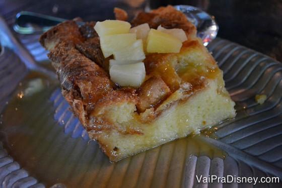 A sobremesa, breadpudding (pudim de pão) com calda de caramelo e abacaxi.