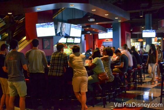 Foto das pessoas no ambiente do bar do Splitsville.