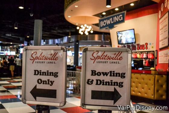 Foto das placas no Splitsville indicando a parte apenas de restaurante ou a parte para jogar boliche