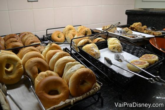 Muitas opções de pães gostosos no café do Crystal Palace.