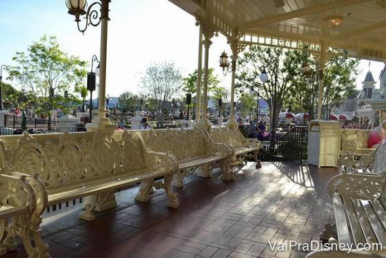 Foto da varanda do Crystal Palace, com bancos pintados de branco para os visitantes se sentarem enquanto esperam a mesa ficar pronta