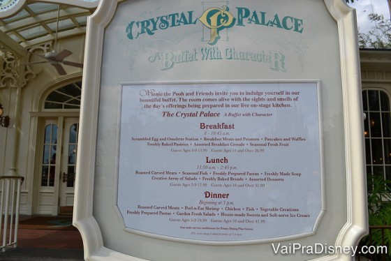 O cardápio do Crystal Palace fica exposto fora do restaurante, para dar uma idéia do que é servido ali em cada refeição.