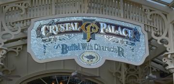 Foto da placa na entrada do restaurante Crystal Palace, no Magic Kingdom, que tem um estilo art nouveau