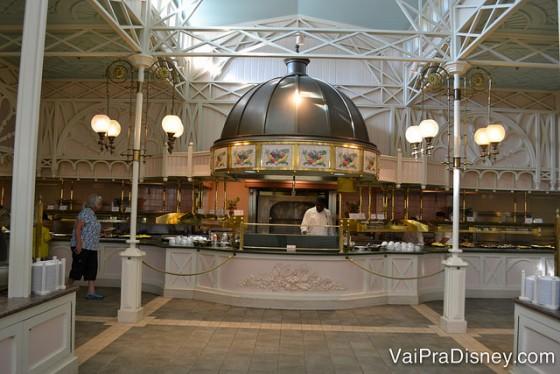 Foto do espaço do buffet e da chapa onde são preparados omeletes e outros tipos de ovos na hora.