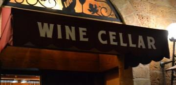 """Foto da placa na pequena porta de entrada do Tutto Gusto Wine Cellar, um toldo preto apenas com as letras """"Wine Cellar"""" em branco"""