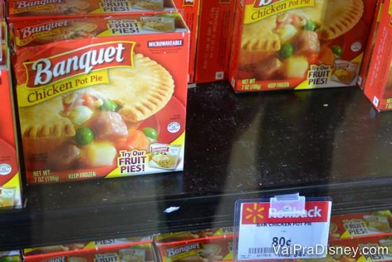 Esse congeladinho da Banquet é ainda mais barato no Walmart do que na Dollar Tree! Foto da prateleira na loja Dollar Tree mostrando comidas congeladas