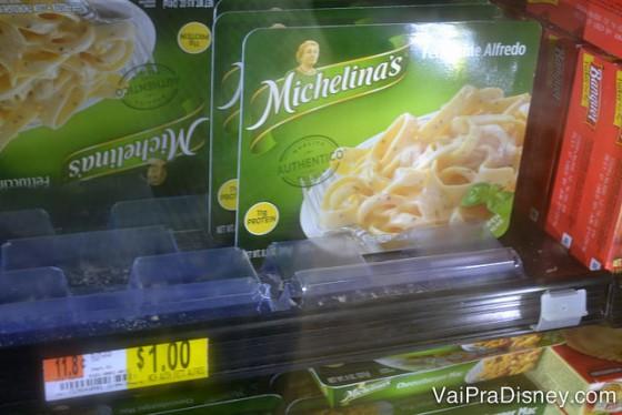 Michelinas no Walmart pelo mesmo preço da Dollar Tree. Prefiro comprar no Walmart onde já compro mais itens de comida também. Foto da prateleira na loja Dollar Tree mostrando comidas congeladas