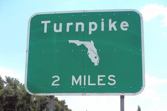 Turnpike, uma estrada boa, mas uma das mais cansativas que dirigi entre Miami e Orlando. Vá descansado!