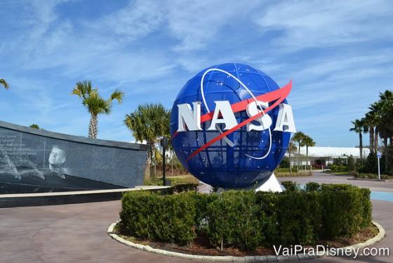 O Kennedy Space Center anunciou a reabertura. Foto da entrada do Kennedy Space Center, mostrando o globo azul que é símbolo da NASA
