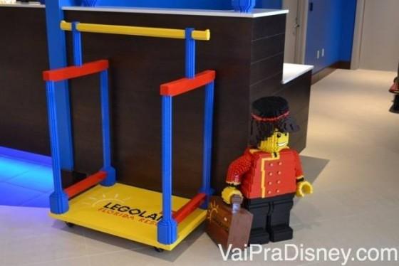 Bonequinho construído de Lego na recepção do Legoland Hotel