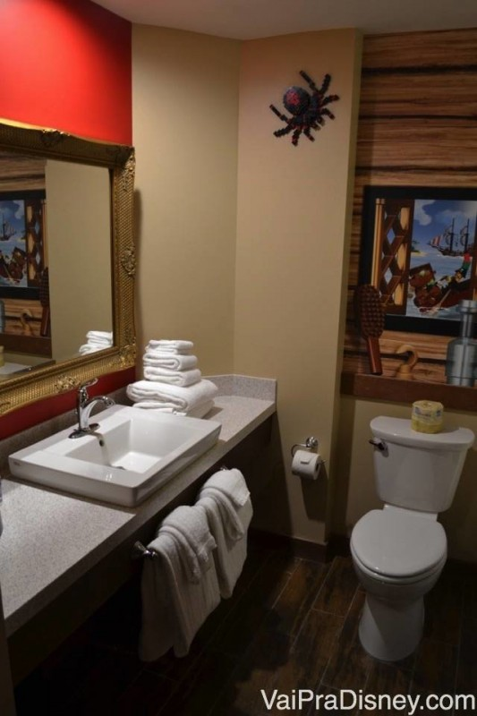 Banheiro bem decorado do Legoland Hotel