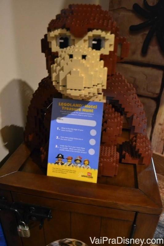 Macaco de Lego com uma charada que valia um presente