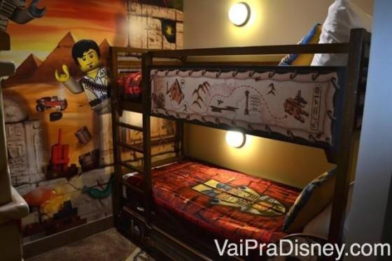 """Decoração de um quarto simples premium na ala """"Adventure"""" do Legoland Hotel"""