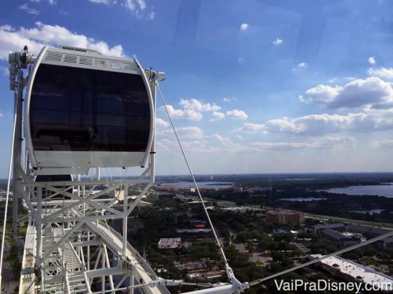 Um pouquinho da vista da cidade da The Wheel. Foto tirada de uma cápsula da The Wheel, mostrando a cápsula ao lado e a vista da cidade com o céu azul ao fundo