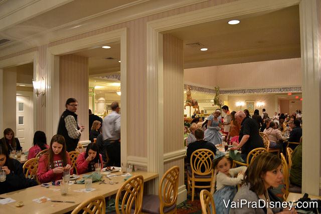 Restaurante cheio e personagens misturados com os visitantes: esse é o clima do 1900 Park Fare!