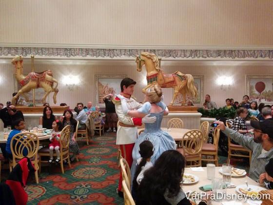 Foto da Cinderela dançando com o príncipe no 1900 Park Fare no jantar.