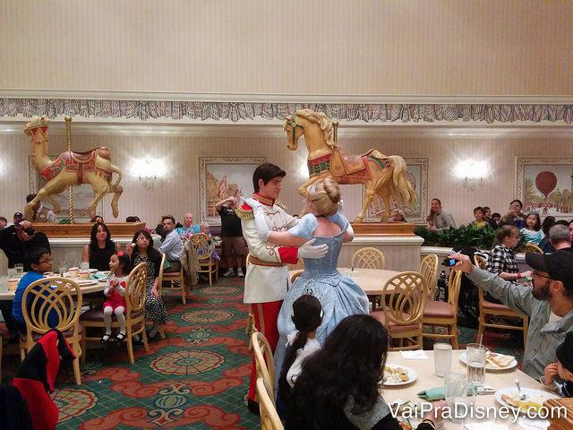 Além de passar nas mesas, o príncipe e a Cinderela dançam no salão. Depois, eles convidam outras crianças (as vezes adultos também) para dançar! Típico clima mágico da Disney! :)