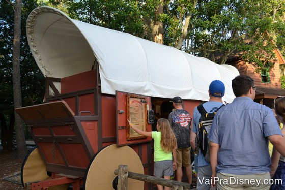 Foto do Chuck Wagon, a barraquinha onde são vendidas as comidinhas ali.