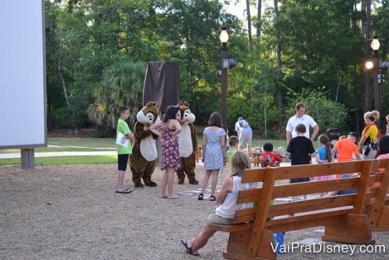 Foto dos visitantes interagindo com o Tico e o Teco antes do começo do evento.