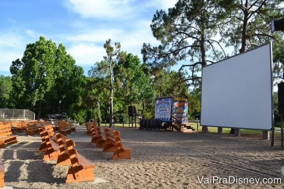 Foto do espaço ao ar livre e com telão onde acontece o Chip 'n Dale Campfire Sing-a-Long.