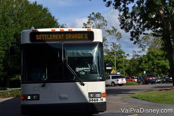 Foto de um dos ônibus internos do Fort Wilderness. O letreiro luminoso sempre indica qual a linha do ônibus.