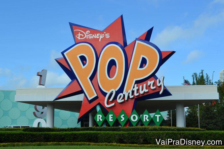 Os hotéis da Disney serão os primeiros a ficar mais caros. Foto da placa na entrada do hotel Pop Century. A placa tem fundo vermelho e letras em laranja e branco.
