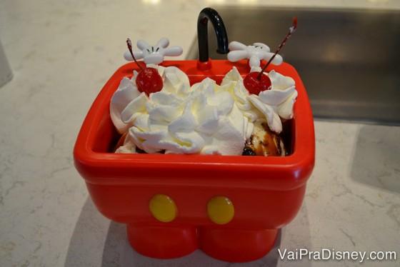 Esse sundae na pia do Mickey é enorme e delicioso! Ótimo para refrescar.