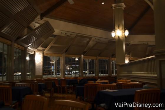 O Narcoossee's por dentro, com todas as mesas com uma boa vista do lado de fora.