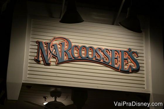 Placa na entrada do Narcoossee's, com letras em azul e laranja