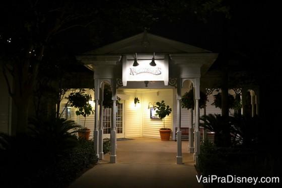 Entrada do Narcoossee's iluminada, meio escondida no Grand Floridian