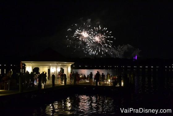 Foto dos fogos com parte do lago e do píer (de onde saem os barcos para o Magic Kingdom) do Narcoossee's visíveis
