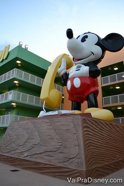 Telefone do Mickey gigante!É só dar um passeio pelos prédios do Pop Century que você encontra diversos ícones do passado na decoração.