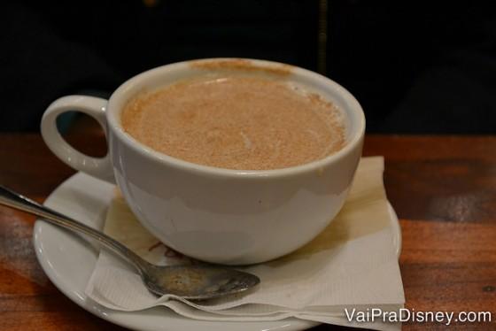 Cappuccino do Kona Cafe. O garçom derrubou um pouco no pires mas tudo bem! rs