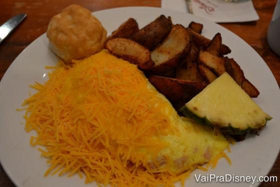 Omelete super farto do Felipe, servido com batatas.