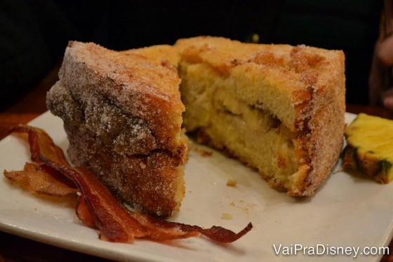 Tonga Toast sem a calda, para você conseguir ver o recheio de banana no meio.