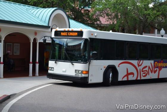 Os ônibus da Disney te levam dos hotéis para todos os parques do complexo e também para Downtown Disney, sempre com ar condicionado!