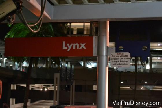 Ponto do Lynx, sistema de ônibus circulares de Orlando. Esse ponto é na saída da Universal