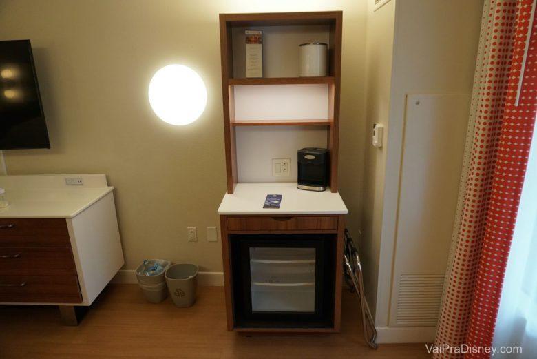 Frigobar e cafeteira no quarto. Não tem nem microondas nem torradeira, mas você pode usar os que estão na praça de alimentação do hotel.