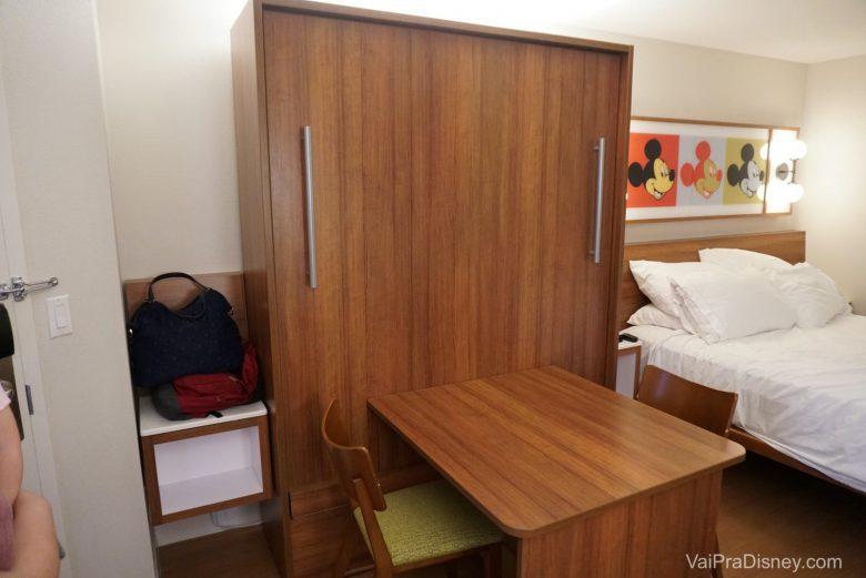 Esta mesa, é na verdade uma das camas do quarto. Basta puxar estas barras laterais para que transformar a mesa em cama (no vídeo eu mostro melhor).