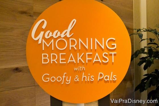 Placa do café da manhã com personagens que acontece no Ravello.